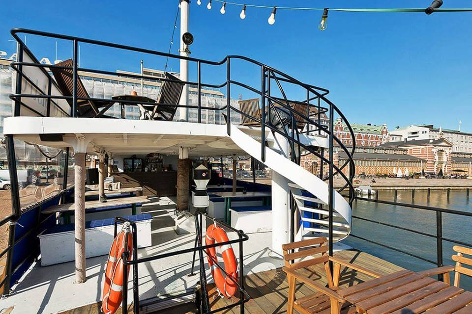 The sun deck has basically two floors. On the upper deck you can drink Champange and sunbathe.